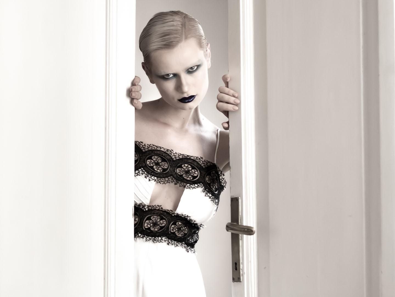 Categories: Fashion, Glamour, Portrait; Ph. EMANUELE TETTO; Model: LIVIIA KHAIU; MUA:NADA CUSTOVIC; Stylist: EMILIO RICCI; Location: via Giulia, ROMA